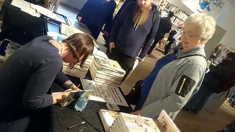 Nogle købte alle album i Nofret-serien på Art Bubble eller havde taget albummene med hjemmefra for at få dem signeret.