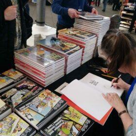 Sussi signerer Sussi Bechs Samlede Værker. Der var travlt hele weekenden.