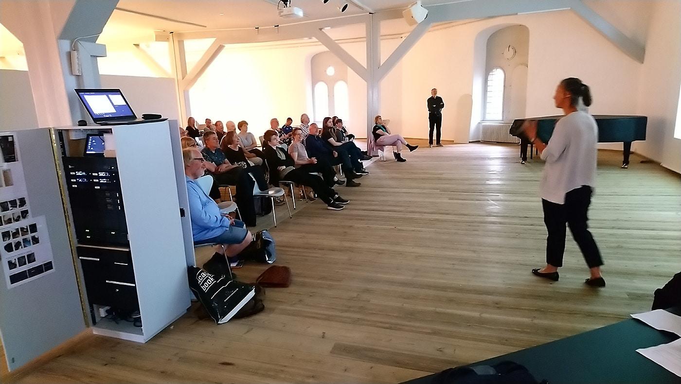 Et halvt hundrede tilhørere havde taget plads for at høre Jens Olaf, Sussi og Ingo tale om arbejdet med tegneserien og hvordan de havde omsat hans liv til en levende billedfortælling.
