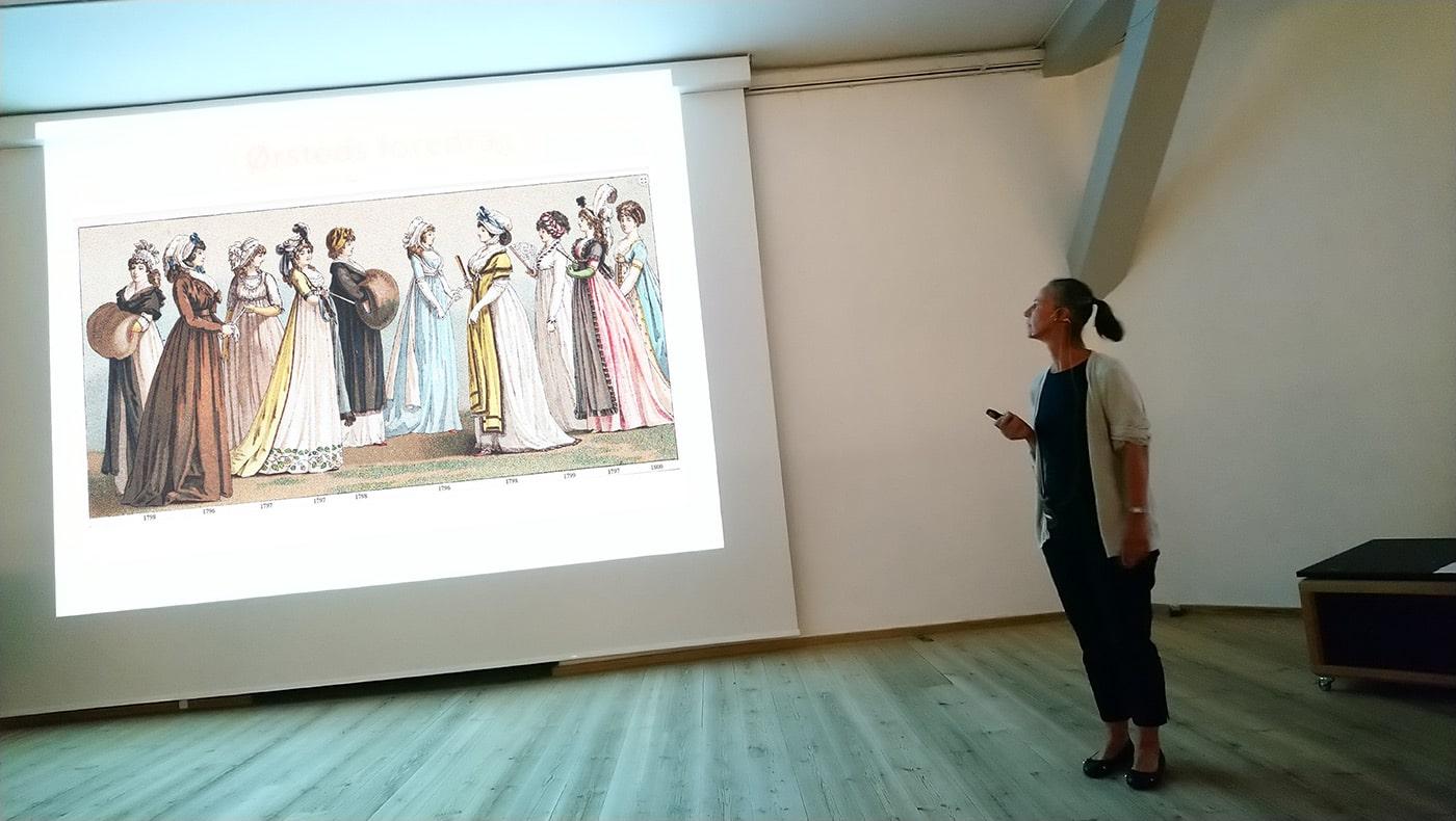 Sussi forklarer om moden indenfor dragter, frisurer og sko, der forandrede sig meget på Ørsteds tid p.gr.a. den franske revolution og Napoleons-krigene.