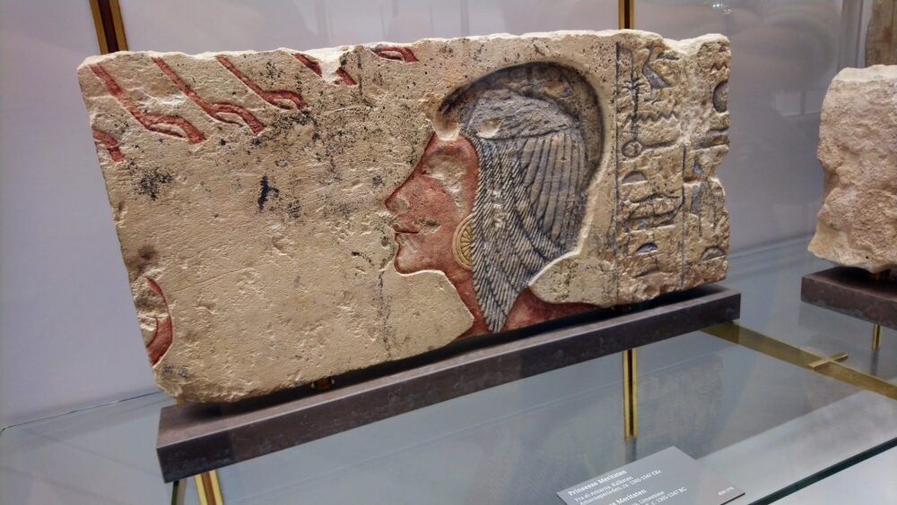 I Glyptotekets ægyptiske samling finder du relieffet af Kiya, der var Sussi Becs inspiration til Nofret-seriens Kiya - Nofrets søster, farao Akhnatons andenhustru.