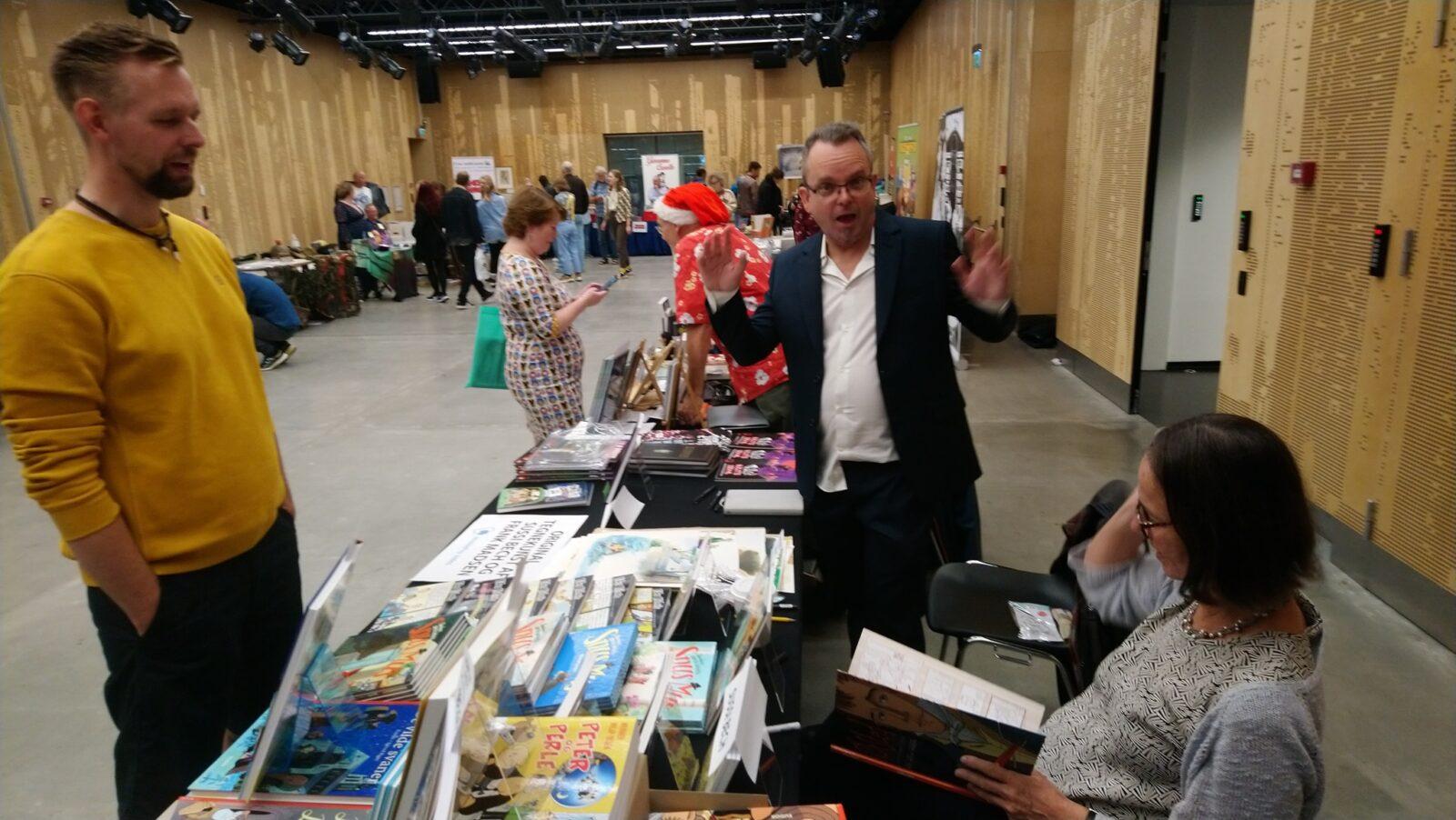 Simon Petersen klar til signering i Forlaget Eudors stand i DOKK1s Store Sal.